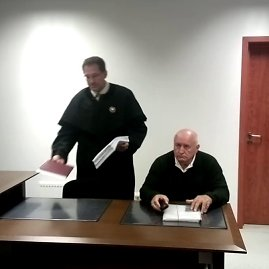 Sauliaus Chadasevičiaus/15min.lt nuotr./Vytautas Bernatonis (sėdi) su advokatu teisme