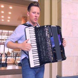 Video kadras/Martynas Levickis Vilniaus geležinkelio stotį pavertė koncertų sale