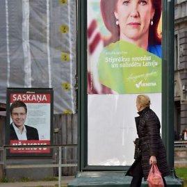 """AFP/""""Scanpix"""" nuotr./Rinkiminiai stendai Rygoje"""