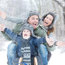 Fotolia nuotr./Šeima pramogauja žiemą
