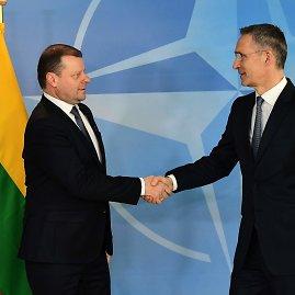 """AFP/""""Scanpix"""" nuotr./Saulius Skvernelis ir Jensas Stoltenbergas"""