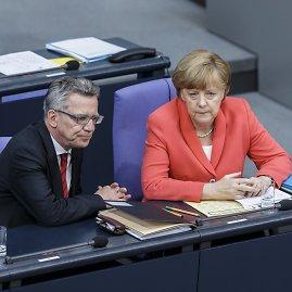 """Scanpix""/""Sipa USA"" nuotr./T.de Maiziere ir Angela Merkel"