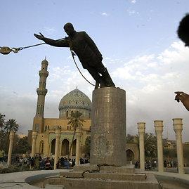"""""""Scanpix""""/""""SIPA"""" nuotr./Bagdade verčiama Saddamo Husseino statula (2003 m. balandžio 9 d.)"""