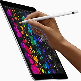 """AFP/""""Scanpix"""" nuotr./Naujasis """"iPad Pro"""" ir  skaitmeninis rašiklis """"Apple Pencil"""""""
