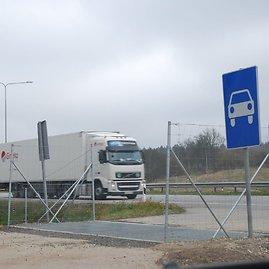 Sauliaus Chadasevičiaus/15min.lt nuotr./Norint patekti prie geležinkelio tilto per Bražuolės upę, reikia pasukti į šį išvažiavimą iš greitkelio Vilnius–Kaunas.