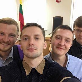 """Nuotrauka iš V.Grincevičiaus """"Facebook"""" profilio/Vaidotas Grincevičius, Paulius Ambrazevičius, Mantas Grincevičius ir Giedrius Sasnauskas teisme Anykščiuose."""