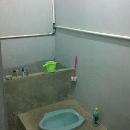 """V.Panovaitės nuotr./Tipiškas vonios kambarys – """"turkiško"""" tipo tualetas ir vieta semti vandenį apsiprausimui ir """"nuleisti"""" vandenį"""