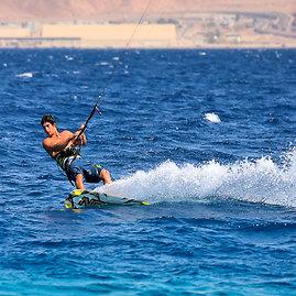 123rf.com nuotr./Raudonoji jūra vilioja jėgos aitvarų aistruolius