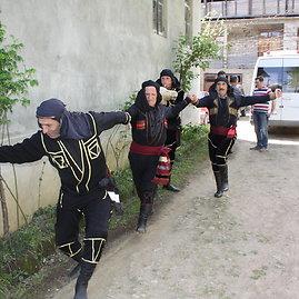 """15min.lt/Raimondos Mikalčiūtės nuotr./Atvykę svečiai į """"Zebo"""" svečių namus pasitinkami gruzinų šokiais ir dainomis"""