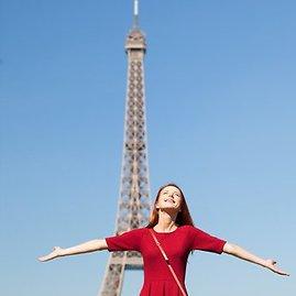 Skrendu.lt nuotr./Turistė prie Paryžiaus simbolio Eifelio bokšto