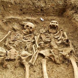 """""""Scanpix""""/AP nuotr./Lesterio universiteto (Didžioji Britanija) archeologai čia pat esančioje St. Morrell koplyčioje aptiko rankomis susikibusius skeletus."""