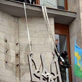 """AFP/""""Scanpix"""" nuotr./Donecke separatistai nuo srities administracijos pastato nukabino Ukrainos herbą"""