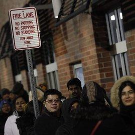 Juodasis penktadienis - pirkėjai laukia eilėse prie išpardavimų sezoną pradedančių parduotuvių durų