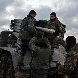 """""""Reuters""""/""""Scanpix"""" nuotr./Ukrainos kariai užtaiso """"Grad"""" sistemą"""