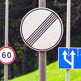 Vidmanto Balkūno/15min.lt nuotr./Kelio ženklai Geležinio Vilko gatvėje, Vilniuje