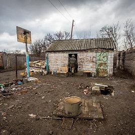 Vidmanto Balkūno/15min.lt nuotr./Marjinkos priešakinėse linijose gyvenančių karių kiemas