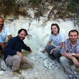 Paulo Renne'o nuotr./Iš kairės: mokslininkai Biaggio Giaccio, Gianluca Sotillis, Courtney Sprain ir Sebastienas Nomade'as Apeninų pusiasalyje – toje vietoje, kur buvo rasti tyrimui naudoti vulkaniniai pelenai