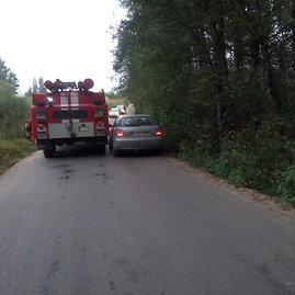 Į griovį įvažiavęs ugniagesių automobilis