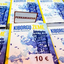 """Vidmanto Balkūno / 15min nuotr./Dovydas Pancerovas ir jo knyga """"Kiborgų  žemė"""" Vilniaus knygų mugėje"""
