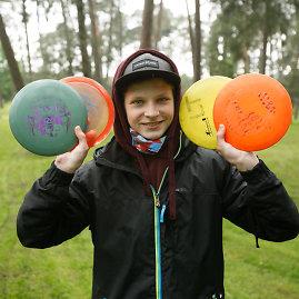 Stovykloje diskgolfu susidomėjęs 14-metis Adomas tapo šio žaidimo ambasadoriumi