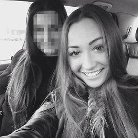 """Nuotrauka iš """"Facebook""""/Ieva Kazlaitė su drauge prie automobilio vairo"""