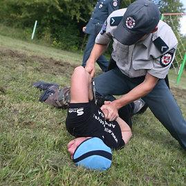 Eriko Ovčarenko/15min.lt nuotr./Policininkas sulaiko nusikaltėlį.