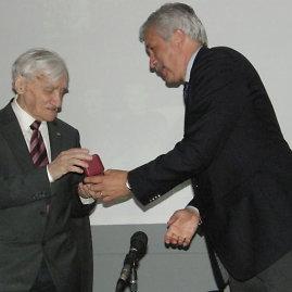 Vytautui Gudeliui Kęstutis Pilipauskas įteikė tesėjų asociacijos aukso ženklą