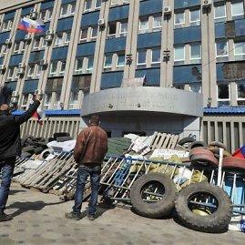 """AFP/""""Scanpix"""" nuotr./Prorusiški protestuotojai Luhanske"""