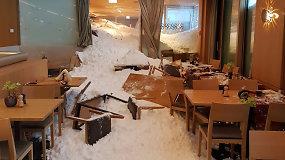 Per išdaužtus viešbučio langus į vidų virto sniegas – valgančius užklupo galinga lavina