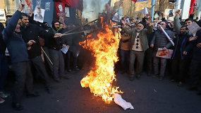 Iranas gamina specialiai deginimui skirtas JAV, Izraelio ir Didžiosios Britanijos vėliavas