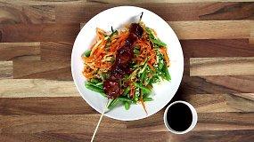 Kiaulienos šašlykas su Teriyaki BBQ padažu ir įvairių daržovių salotomis