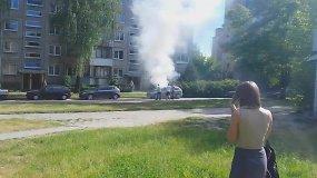 Nufilmuota, kaip Vilniuje ugniagesiai bando išgelbėti užsiliepsnojusį automobilį