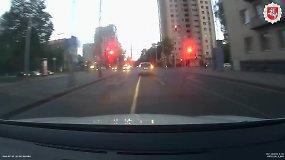 """Nufilmuota, kaip beprotišku greičiu sostinės policija gaudė iš moters atimtą """"Hyundai"""""""