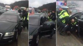 """Girtutėlį vairuotoją iš """"Audi A8"""" policija ištraukė tik išdaužusi langą"""