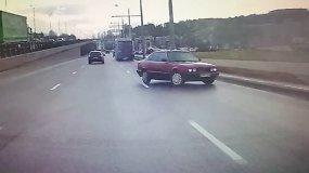 Nufilmuota, kaip BMW vairuotojas judrioje gatvėje nesuvaldo savo automobilio