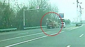 Neįtikėtina sunkvežimio avarija Kinijoje