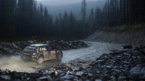 Lenktynininkų nerimas: tankus rūkas ir plyštančios padangos WRC etape Velse