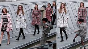 """Per """"Chanel"""" kolekcijos pristatymą – akibrokštas ant podiumo: žinoma komikė panoro eiti greta manekenių"""