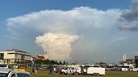 Socialiniuose tinkluose kilusį jaudulį ramina sinoptikai: grybo formos debesis perspėja tik apie liūtį