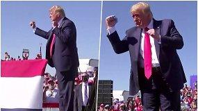 D.Trumpas vėl juda muzikos ritmu: rinkėjus bando papirkti muzika ir kritika konkurentui