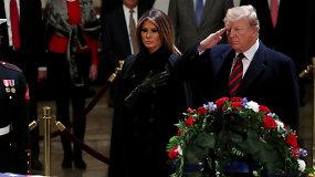 Donaldas Trumpas su žmona pagerbė Kapitolijuje pašarvotą eksprezidentą