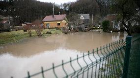 Kaune gyventojų kiemus skandina nuo šlaito bėgantis vanduo