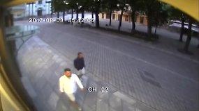 Kaune užfiksuoti vyrai, įtariami nuplėšę vėliavą