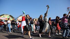 Baltarusijoje policija suiminėjo žurnalistus, tūkstantines minias vaikė vandens patrankomis