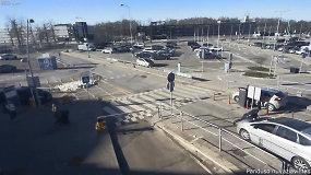 Užfiksuotas ant kapoto vežamas viešosios tvarkos pareigūnas Vilniaus oro uosto teritorijoje