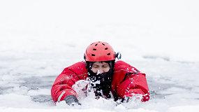 Ugniagesiai gelbėtojai demonstravo, kaip saugiai elgtis ant ledo ir išsigelbėti įlūžus