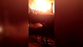 Nufilmuota, kaip galbūt nepasiruošusiems ugniagesiams sunkiai sekasi su valdyti liepsnas