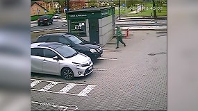 Kameros užfiksavo, kaip įpykęs vyriškis peiliu suniokojo prabangaus automobilio padangas