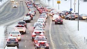 Pirmadienio rytą sostinės vairuotojai keikė kelininkus ir duso spūstyse