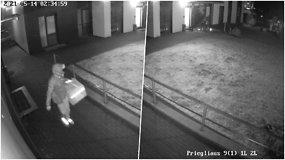 Užfiksavo įžūlią vagystės schemą: maisto išvežiotojas specialiai paliko praviras daugiabučio duris?